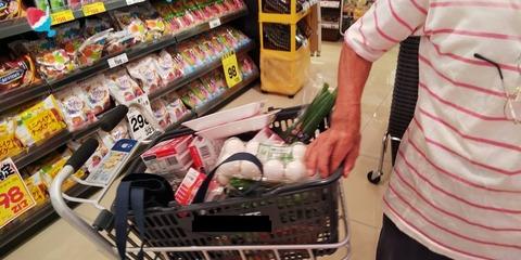 78歳男性と近所スーパーへ買い物連行 (3)
