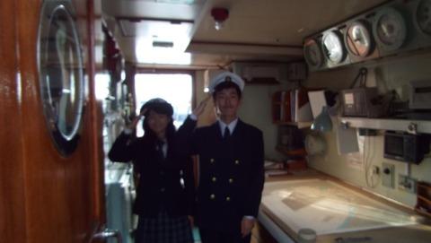 日本丸の海図室にいた船員実習生の男女が敬礼