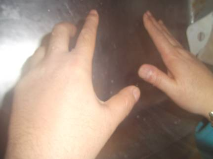 4という数字にえんかつぎしてキッチンで手洗いし4回払い手から水を飛ばしてる