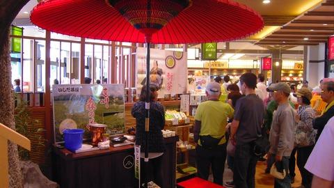 静岡県PAで無料新茶飲むお年寄りの方々