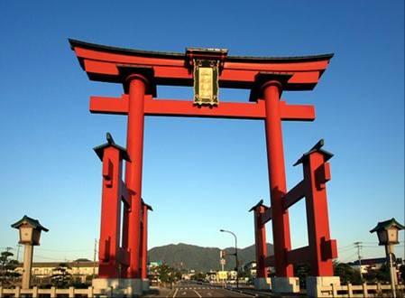 新潟県に昭和57年に上越新幹線開通を記念して建てられた、高さ30mの大鳥居.jpg
