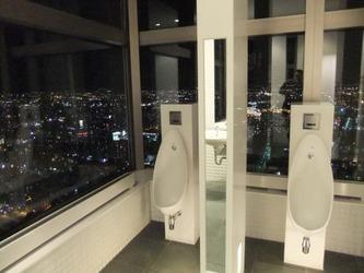 【頭おかしい!】会社の女子トイレが混雑していて、仕方なく男子トイレに入った。そのせいで、1週間の謹慎と諸々請求されることに…