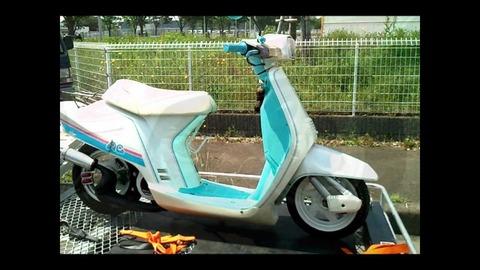改造マフラーのスクーター