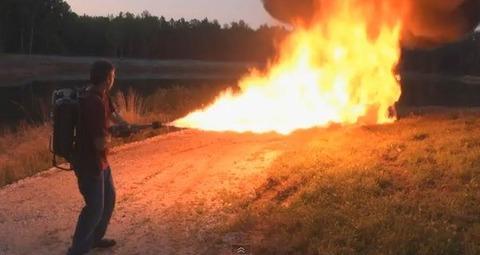 スプレーに火をつけて火炎放射