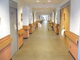 混んでいる病院内で