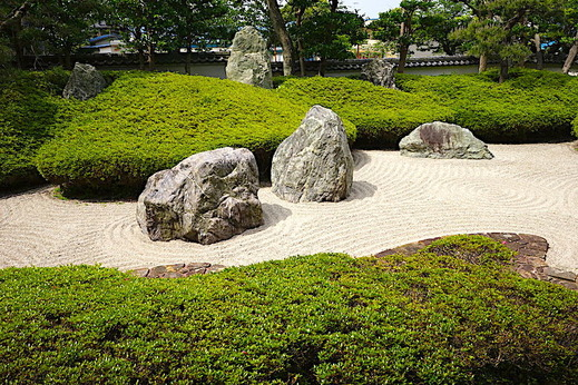 190512光明寺石庭サツキ