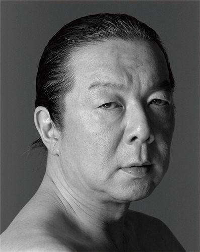オールバックの真剣な表情のモノクロの古田新太の画像