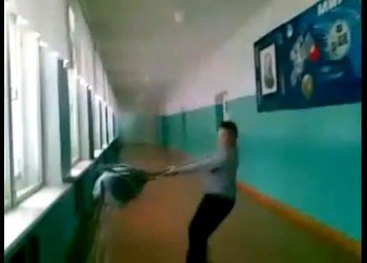 廊下ではしゃぐ生徒のテンションが急降下する瞬間