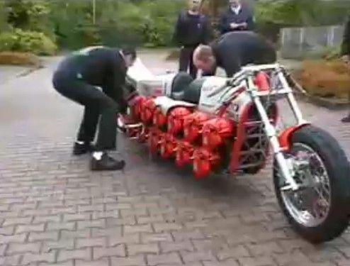 チェーンソーを24台組んだバイク