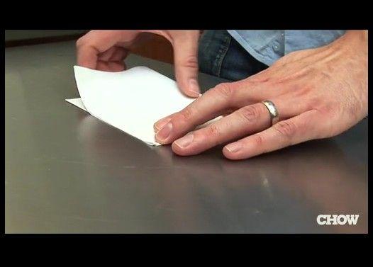 一枚の紙でビールを開ける方法