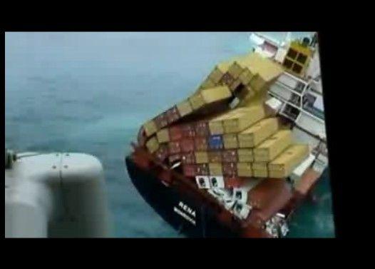 荷崩れを起こしたコンテナ船が沈没の危機
