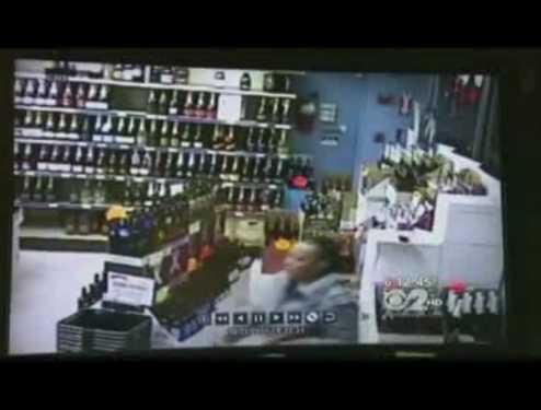 酒屋で逆切れした女が棚の酒を床へ落として割りまくる