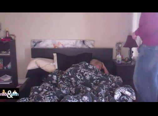 寝ている女性に男性の股間の液体をぶっかける