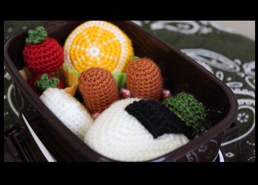 怪奇!弁当を食べると見せかけて編み物を始める男