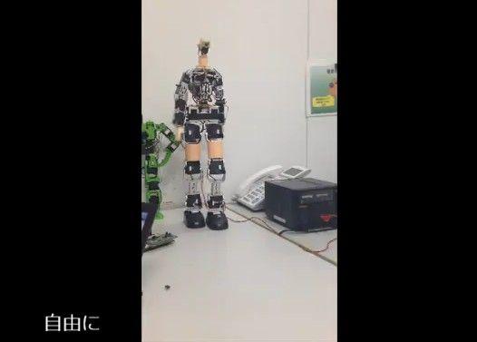 女の子らしく歩くロボットをつくってみた