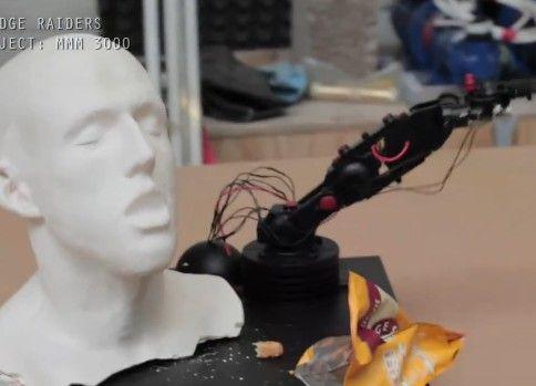 殺る気満々の自動スナック菓子食べさせロボットアーム