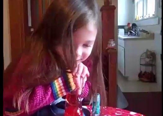 女の子が一生懸命頑張ってラムネを開けようとしてる動画