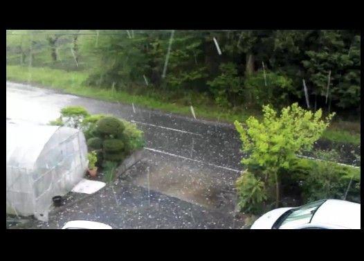 大きな雹がガンガン降っている衝撃映像
