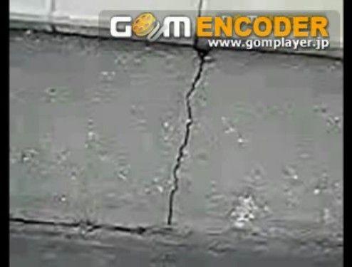 地震で地割れがクパクパする様子