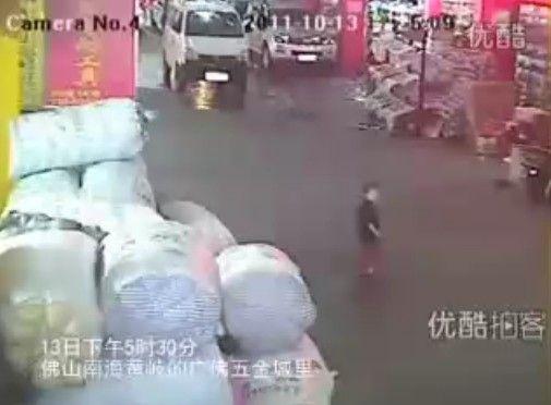 2歳の女の子が車に2度ひかれても気にしない中国の街