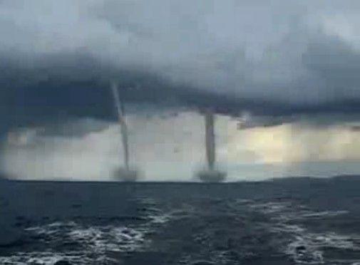 海上に現れた二本の巨大竜巻