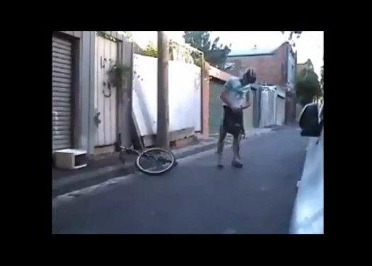 世界で一番小さい自転車を運転する男性