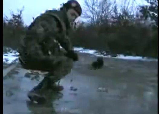 手榴弾で遊ぶスイス兵