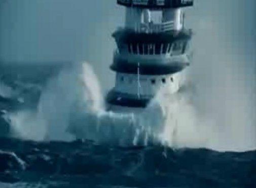 巨大波に立ち向かう船