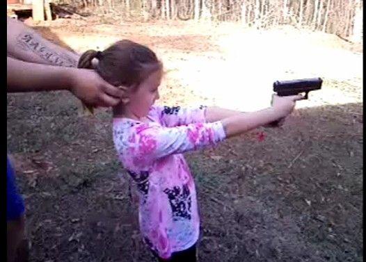 女の子達がいろんな銃を撃つ