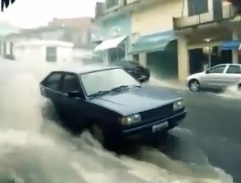 ブラジルの洪水、少女が凄い勢いで流されるも何とか命拾い