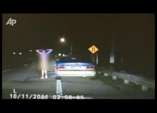 警察が車を停止させたら中から出てきたのは全裸の酔っぱらい女だった