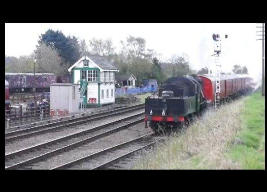 蒸気機関車が発車してすぐ脱線