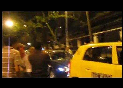 タクシーに何度も突撃するキチガイ女
