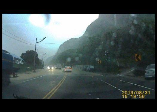 台湾 基隆市八斗子にて巨大な岩石が落ちてくる