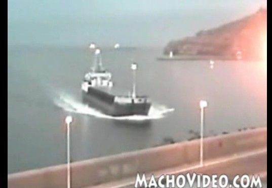 上陸する貨物船