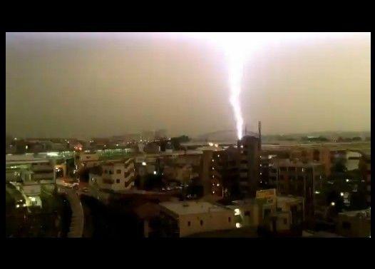 小田急線の列車に雷が直撃した瞬間をとらえた映像(登戸)