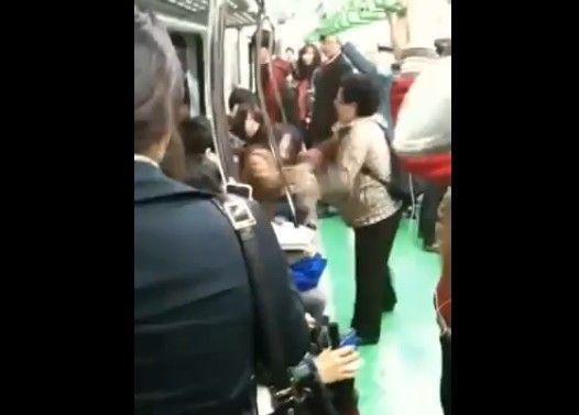 【韓国】70代のババアと10代女子学生が地下鉄で大げんか【火病】