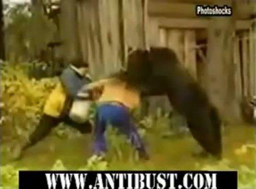 クマに襲われる女性