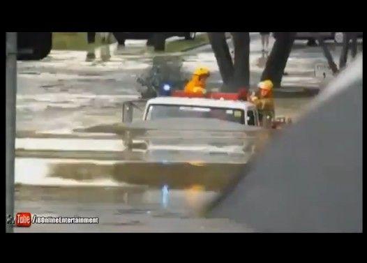 【さすが日本製】いすゞ消防車 水没するも緊急走行