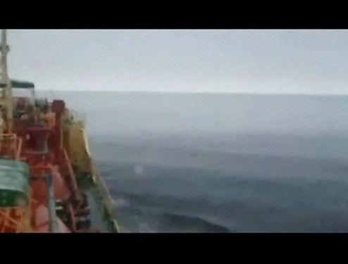 津波を乗り越えるタンカー船