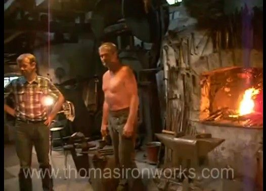 数百年前の巨大ハンマーで鍛造する様子がすごい