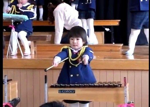 音楽会で木琴を叩く女の子が激しすぎる