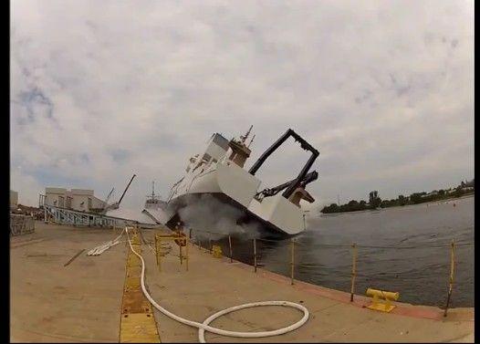 【衝撃映像】アメリカ進水式での危機一髪
