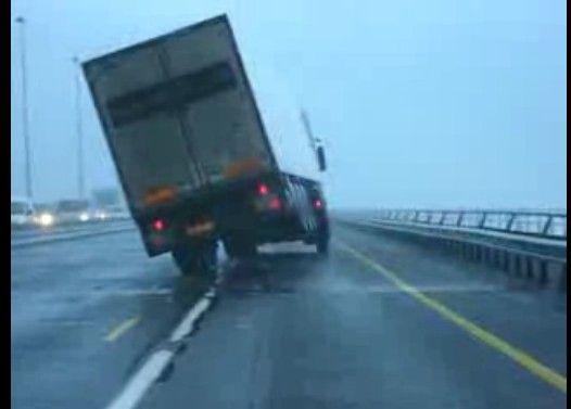 強風にあおられて横転するトラック