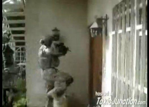 ドアを蹴り破れない女性兵士