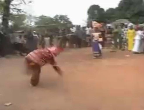 キチガイじみた速さで回転する民族舞踏
