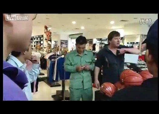 【中国】妻が店員に暴力を振るわれ、激怒して大暴れするドイツ人男性