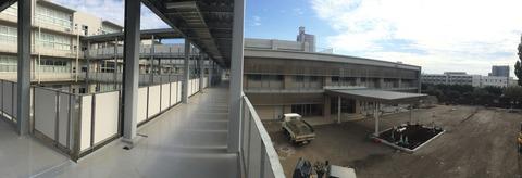 正門から教室棟までパノラマ写真2