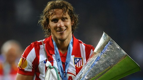 Diego-Forlan-with-his-trophy