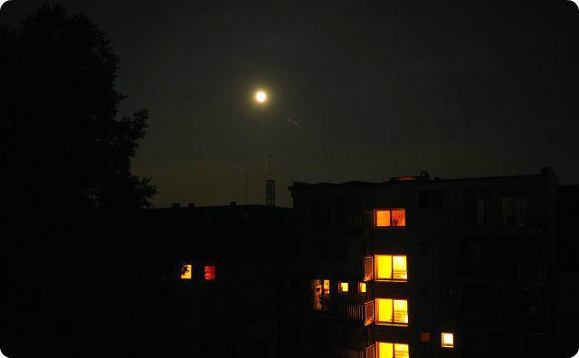 マンション、夜